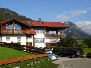unser Haus mit Hausberg, dem Rubihorn