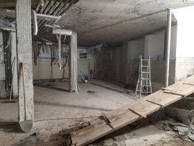 Blick auf die ehemaligen Fußbecken und im Hintergrund der Platz für die neuen Toiletten