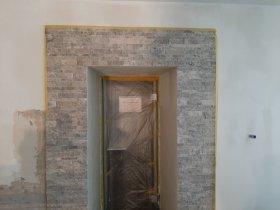 Stein um den Eingang zur Salz-Lounge