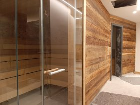 Blick in das Sanarium und hinten der Eingang zu den Toiletten