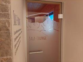 Türfolien und Wandbeschriftung an der Salz-Lounge