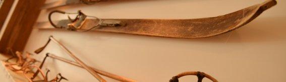 Alte Skier im Frühstücksraum