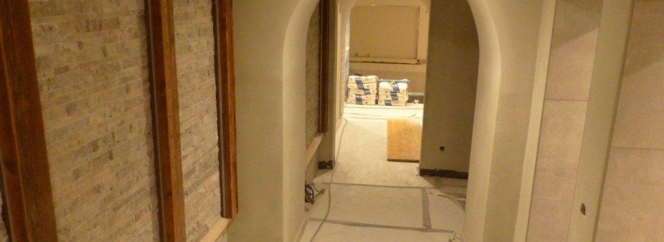 Eingang mit Duschen und Stein- / Holzwand