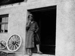 Otto Schittler vor seiner Wagnerei - 1951
