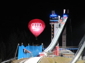 Anlaufturm mit Hauptsponsor Audi
