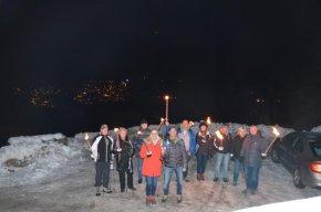 Die Wandergruppe am Bergkristall mit Blick aufs Dorf