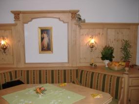 Sitzecke mit Wandverkleidung
