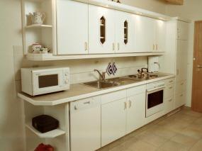Holzküche in weiß