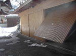 Garage mit Schneeresten