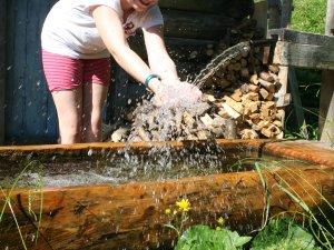 Kind am Wasserbrunnen