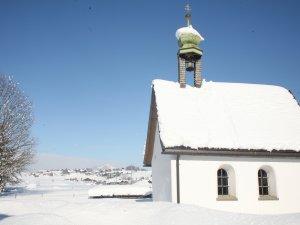 Kapelle mit Winterlandschaft