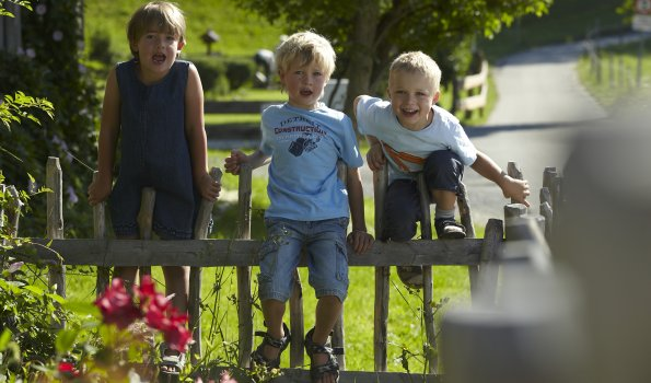 Kinder am Gartenzaun