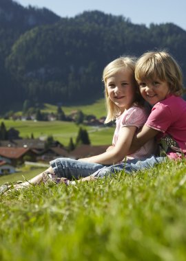 Kinder in Wiese