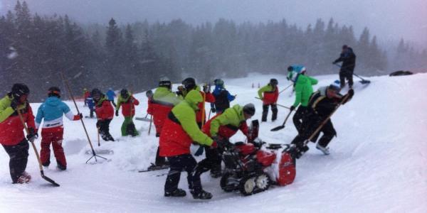 Helfer beim Schneeräumen