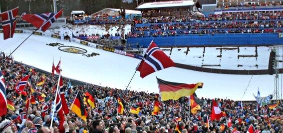 Skisprung Fans im Stadion und auf den Tribünen
