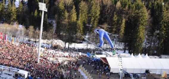 Skiflieger über dem Stadion der Heini-Klopfer Skiflugschanze