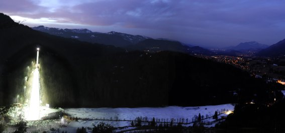 Skiflugschanze und Oberstdorf bei Nacht