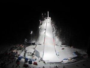 Skiflugschanze bei Nacht