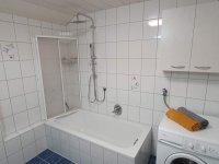 Badezimmer mit Regendusche und Waschmaschine
