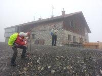 Fiderepass Hütte im Nebel