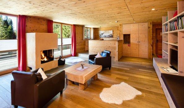 Wohnzimmer mit Kamin - Lodge Edelsberg