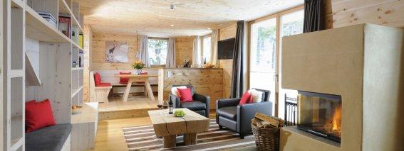 Warme Atmosphäre aus Holz und Stein in der Lodge Säuling