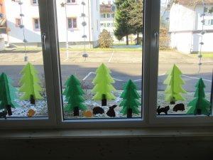 Dekorierte Fensterbank Waldmotiv