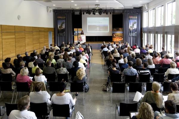 Versammlung in der Karl-Knauf-Halle