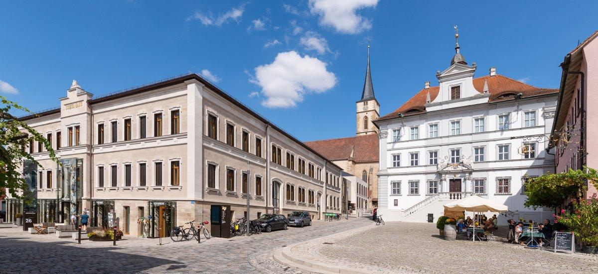 Marktplatz mit Rathaus und Dienstleistungszentrum