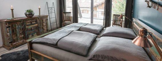 Stilvolles Schlafzimmer mit Balkonzugang