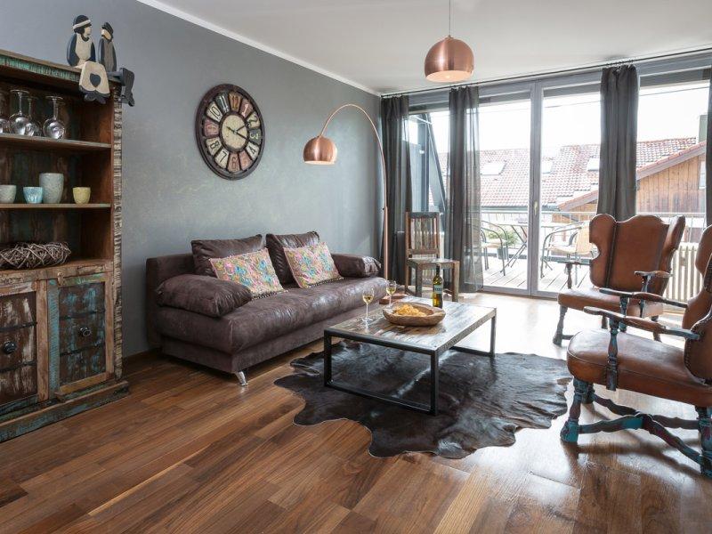 Lichtdurchfluteter Wohnraum mit Balkonzugang