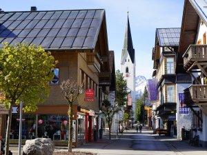 Kirchstraße im Frühling
