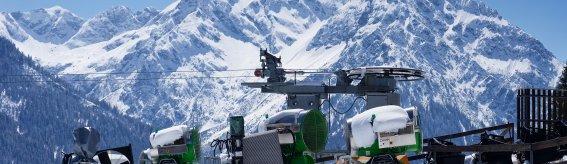 Skikanonen am Parsennlift im Hintergrund Elfer- und Zwölferkopf