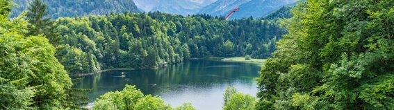 Freibergsee im Hintergrund die Skiflugschanze