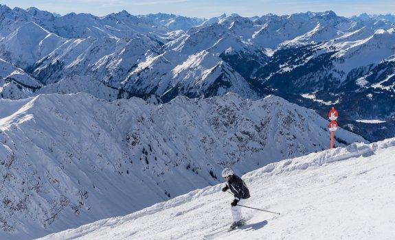 400 Gipfelblick und Skifahrer