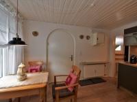 Küche mit Eingangsbereich und Esstisch