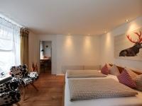 Wohn- und Schlafbereich mit Blick in die Küche