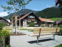 Dorfplatz mit vielen Sitzmöglichkeiten