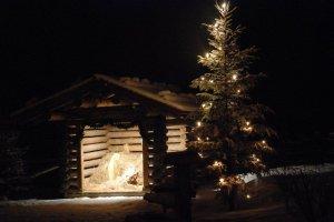 Weihnachtskrippe auf dem Dorfplatz