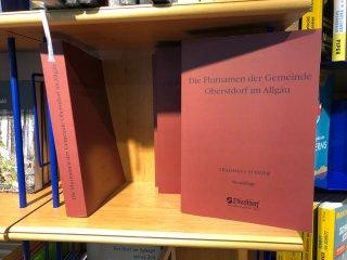 Flurnamen im Bücherregal