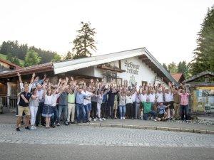 Alle Teilnehmer vor der Musikalm Steibis