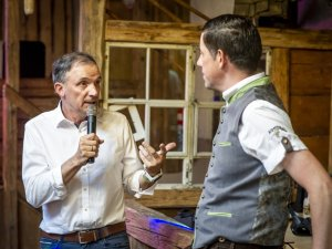 Moderatoren unter sich: Uwe Bornemeier (Sky, li.) und Stephan Schöttl