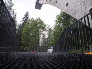 Blick zum Anlaufturm bei Hagel und Gewitter