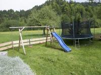 Liegewiese und Spielplatz am Haus
