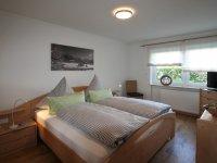 Schlafzimmer mit Blick ins Grüne und 2. TV