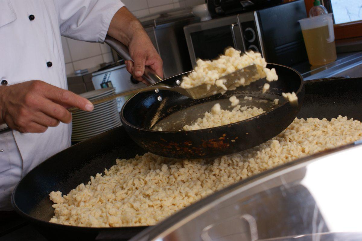 Die Kässpatzen werden vorbereitet