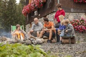 knisterndes Lagerfeuer auf der Berghütte im Allgäu
