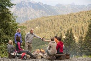 Geselligkeit rund ums Lagerfeuer auf der Berghütte