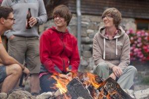 Nette Gespräche der Hüttengäste am Lagerfeuer
