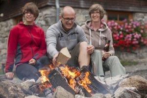 Mehr Holz aufs Lagerfeuer, damit es auch richtig brennen kann!